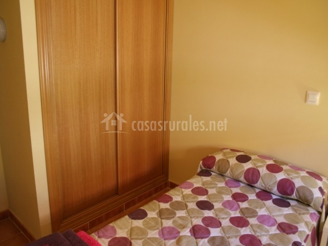 Dormitorio individual con armario empotrado