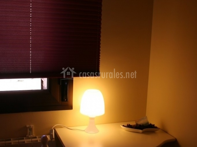 Dormitorio individual con escritorio de madera