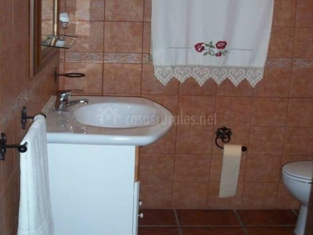 Aseo con lavabo blanco