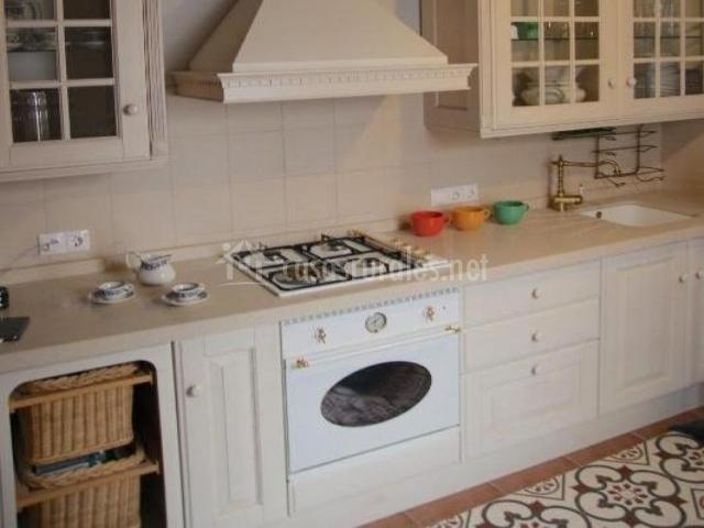 Cocina con horno bajo los fuegos