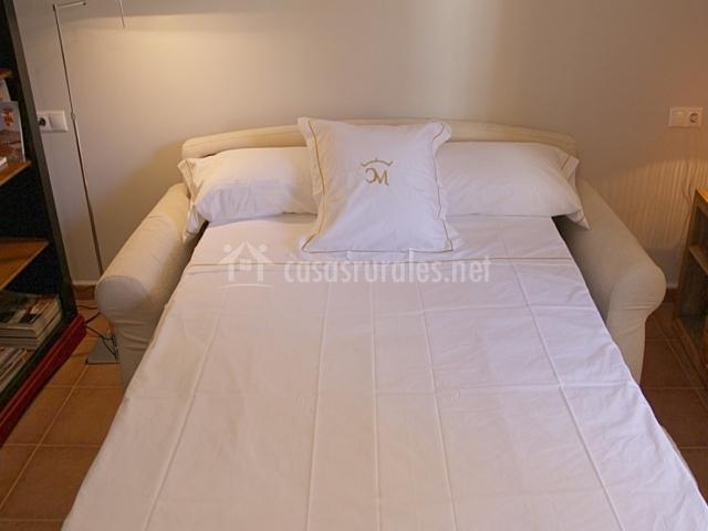 Dormitorio con cama blanca y grande
