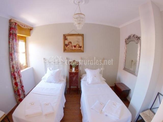 Dormitorio con dos camas blancas