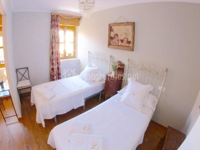Dormitorio con dos camas separadas
