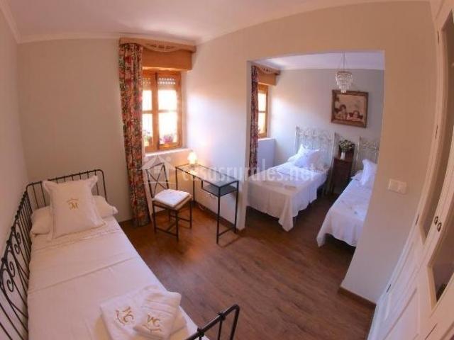 Dormitorio con dos espacios y tres camas