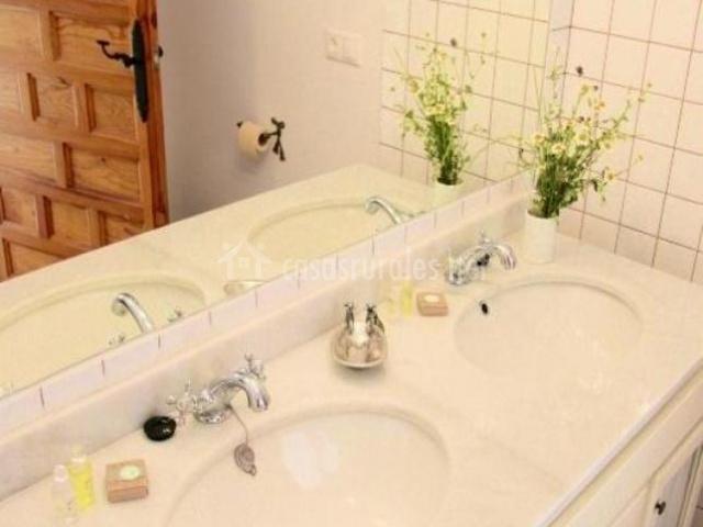 Dos lavabos y espejo en el aseo