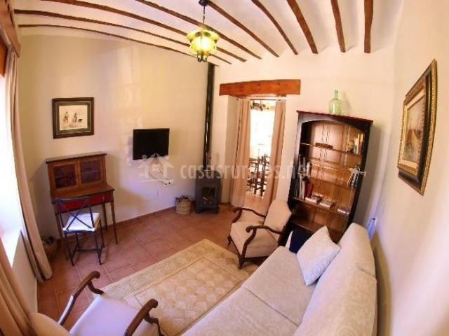 Sala de estar con estufa y televisor colgado