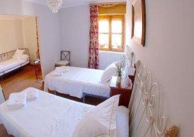 Dormitorio con camas blancas individuales