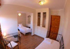 Dormitorio triple con dos espacios