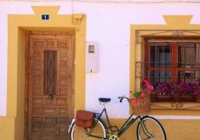 Entrada a la casa con bicicleta al lado