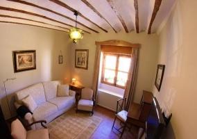 Sala de estar con varios sillones y estufa