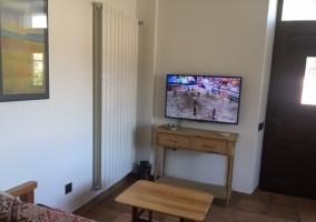 Sala de estar con mesa redonda y salida al exterior