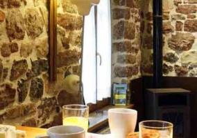 Mesa con desayuno en sala de estar
