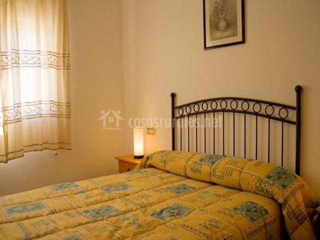 Dormitorio con colcha en color amarillo