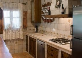 Cocina con lavavajillas y campana extractora