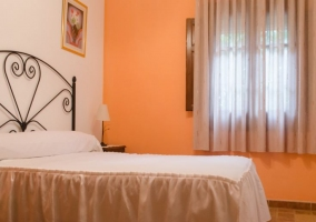 Dormitorio en tono naranja