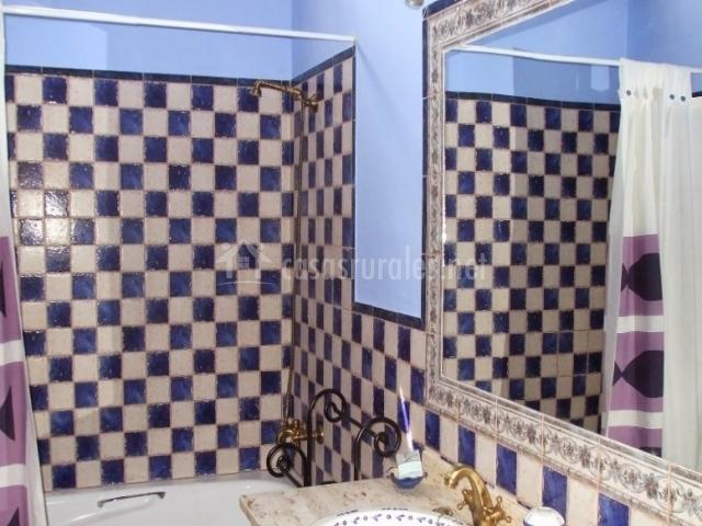 Casa la era en el gastor c diz - Banos con azulejos azules ...