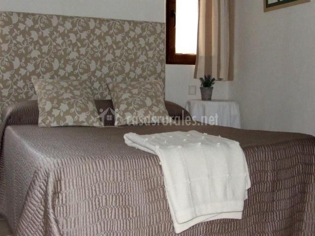 Dormitorio de matirmonio con cabecero de tela