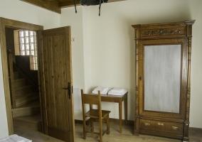 Dormitorio con armario de madera y escritorio
