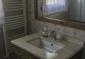 Cuarto de baño con toallero eléctrico