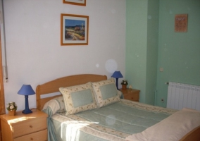 Dormitorio de matrimonio con mobiliario de madera