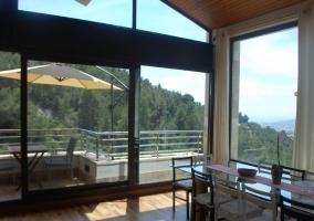 Comedor acristalado con terraza