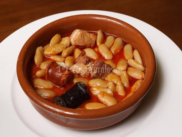 Fabada asturiana servida en plato de barro