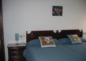 Dormitorio con dos camas azules