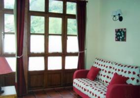 Sala de piso con sillón estampado