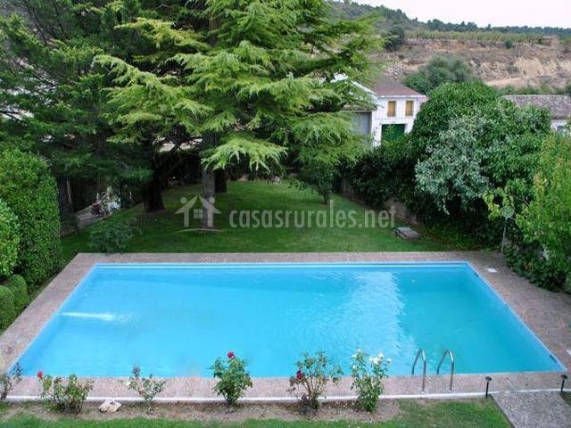 Casa rural tura en biscarrues huesca for Piscinas huesca