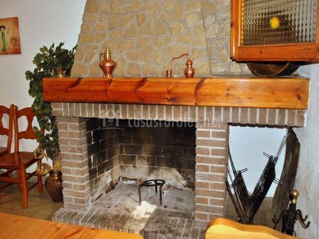 Casa rural tura en biscarrues huesca for Chimeneas ladrillo visto