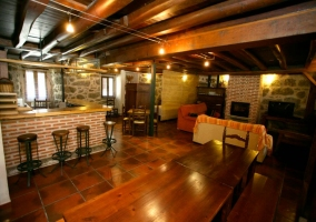 Mesa de comedor en sala de estar y cocina
