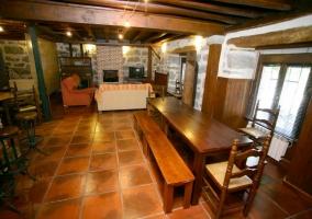 Mesas de comedor con bancos y sala de estar