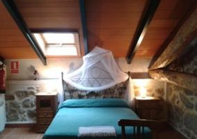 Dormitorio de matrimonio con mosquitera en la cama