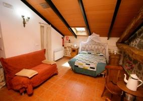 Dormitorio de matrimonio con sofá cama