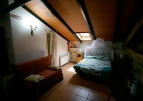 Dormitorio oscuro con cama doble