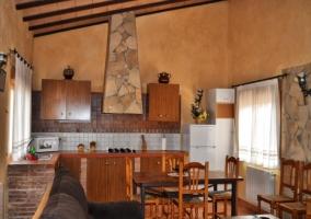 Cocina en cerámica, ladrillo y madera