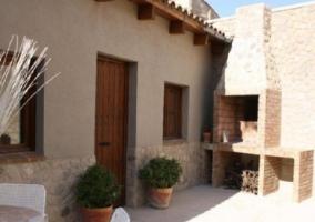 Acceso a la casa con fachada en piedra en el casco urbano