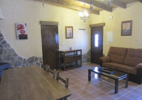 Amplio salón con techo de madera