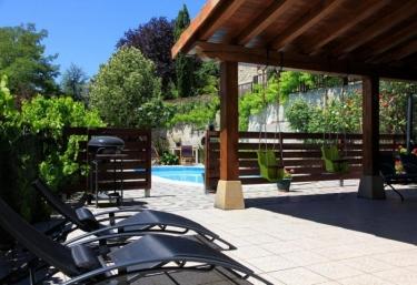 Casas rurales con piscina en olza for Casas rurales con piscina en alquiler