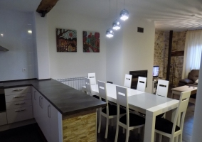 Salón con muro de piedra y cuadros