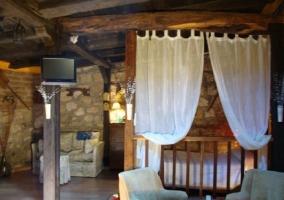 Dormitorio con pared amarilla y cama doble