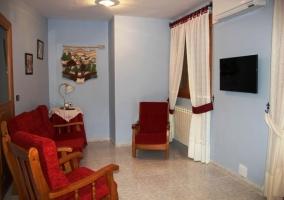 Salón con mobiliario variado