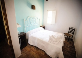 Dormitorio con suelos de madera