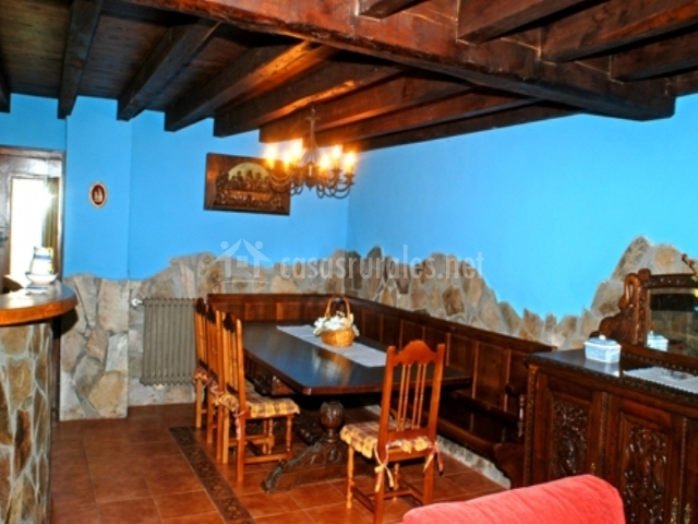 Casa valles en villacibran asturias for Mesa con banco esquinero