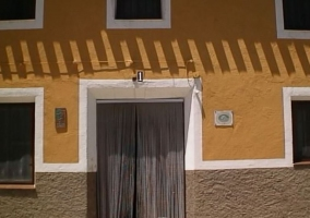 Puerta y fachada en tonos amarillos