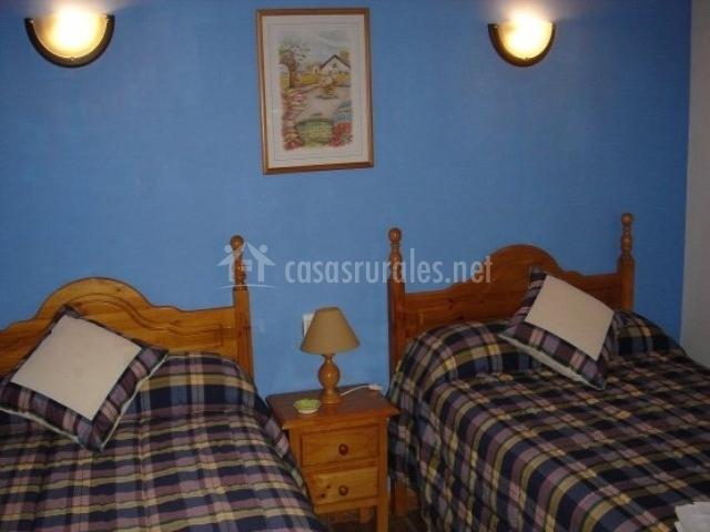Dormitorio con lamparillas encendidas y dos camas