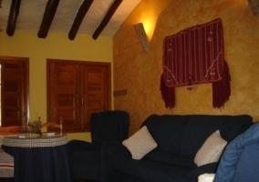 Sala de estar con sillones y mesa redonda