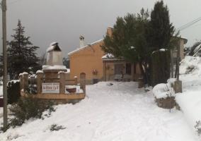Vista exterior del alojamiento con nieve