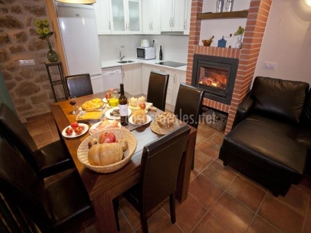 Casa prior en calaceite teruel - Comedor con chimenea ...