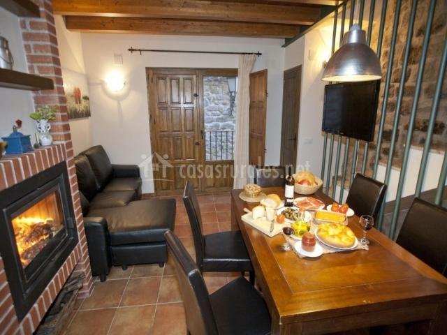 Casa prior en calaceite teruel for Comedor con chimenea